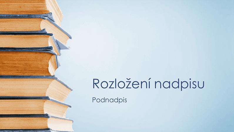 Modrá prezentace se stohem knih (širokoúhlá)