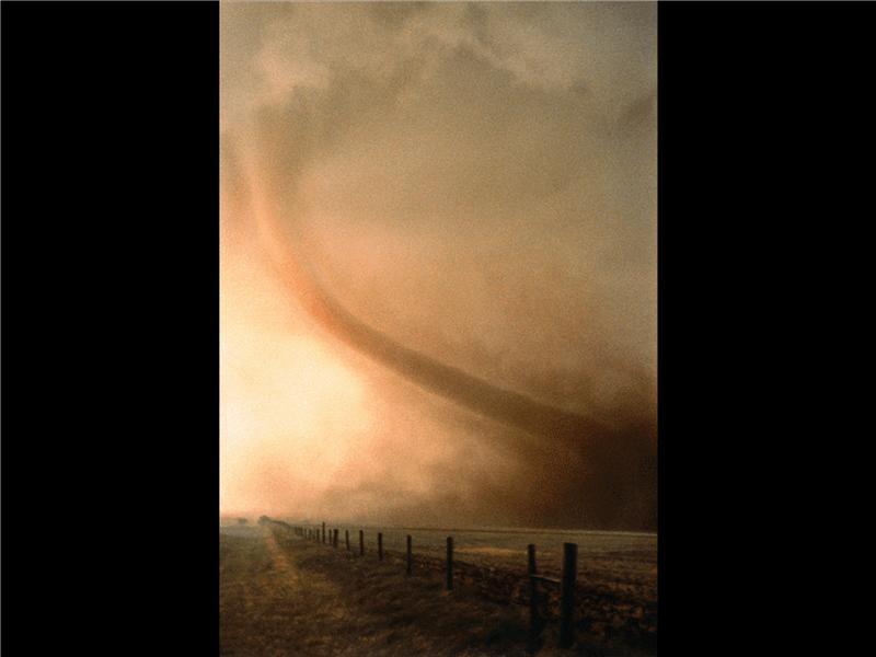 Slide com imagem de um tornado