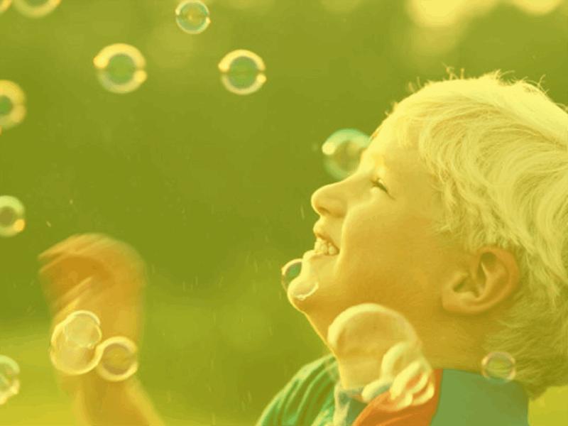 Šablóna návrhu s motívom chlapca medzi bublinami