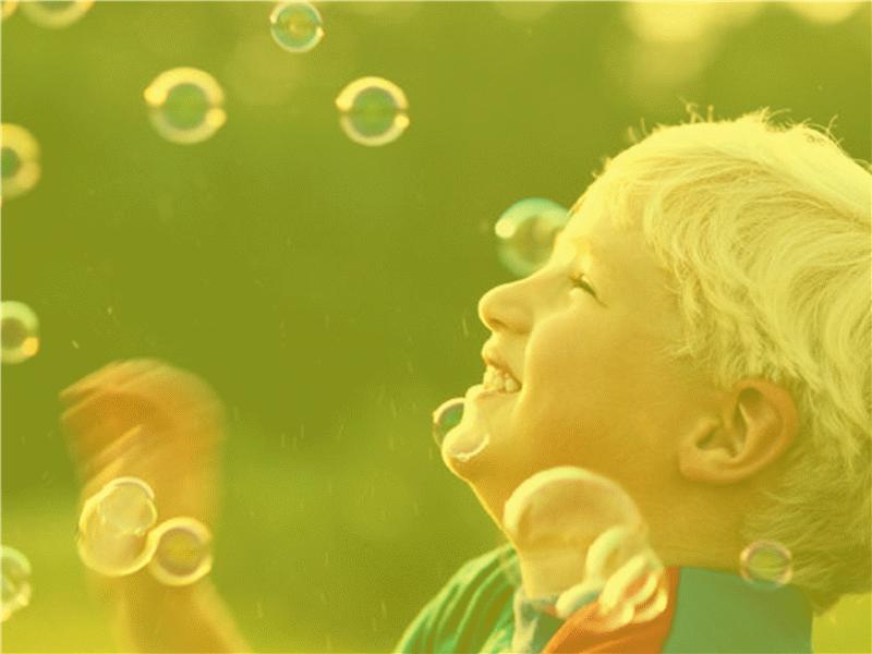 Dizajn predloška sa dečakom i mehurićima